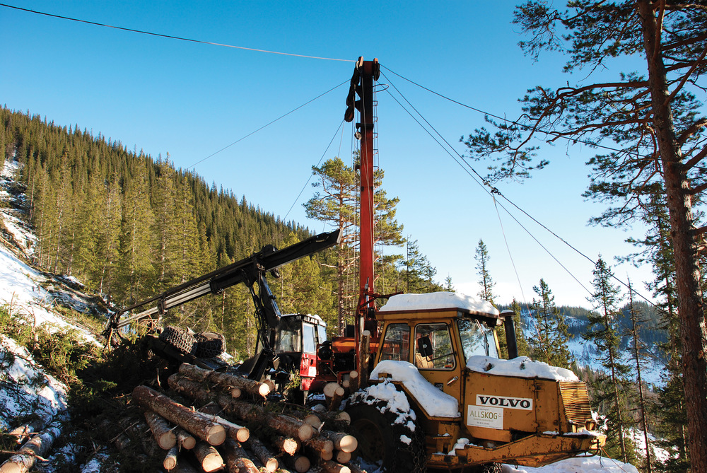 Avvirkning av tømmer foregår på ulike måter. Bildet viser taubanedrift med kabelkran. Midtre Gauldal, Sør-Trøndelag. Foto: Morten Nitteberg, NIBIO
