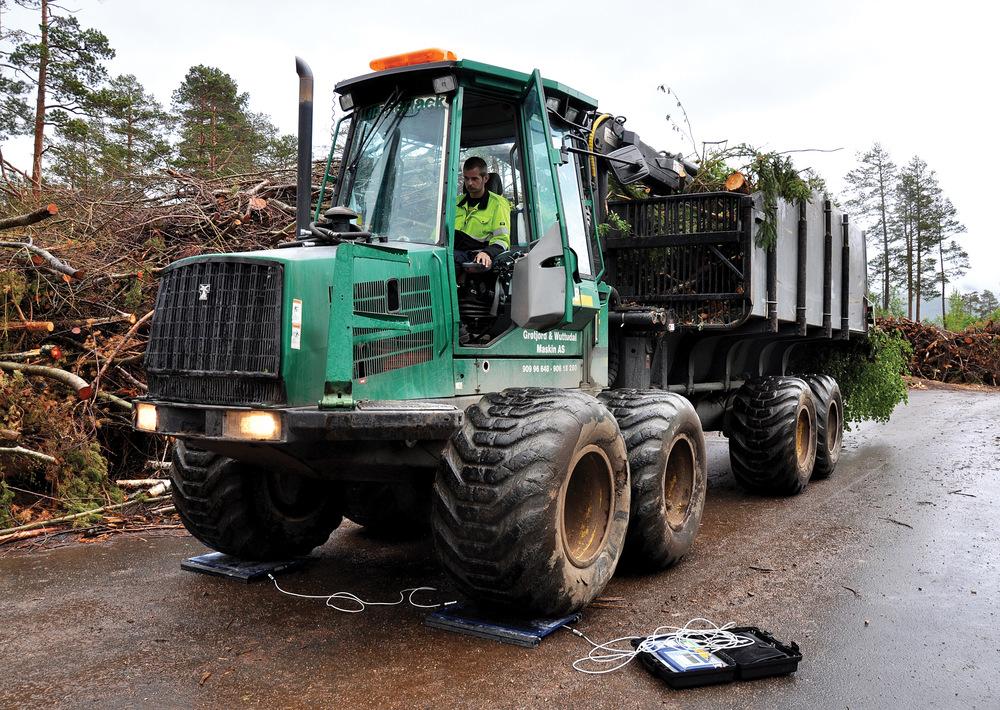 Lassbærer med GROT (grener og topper) til veiing i Møre og Romsdal. GROT er en av skogbrukets bioenergikilder. Foto: Leif Kjøstelsen, NIBIO
