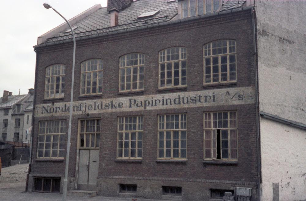 I 1979 var det cirka 46 000 sysselsatte i papirindustrien, mens det i 2016 kun var litt over 3 000 sysselsatte. Bildet er fra Nordenfjeldske Papirindustri i Trondheim (1979). Foto: Ukjent, Trondheim byarkiv