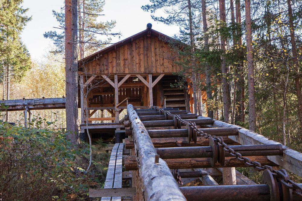 Kjerraten i Åsa var i drift i 50 år, først på 1800-tallet. Den fraktet tømmer 400 høydemeter fra Steinsfjorden opp til Storflåtan for fløting videre ned til sagbruk i Lysakerelva. Bildet viser kjerrathus nr. 5 som er restaurert. Ringerike, Buskerud. Foto: John Yngvar Larsson, NIBIO