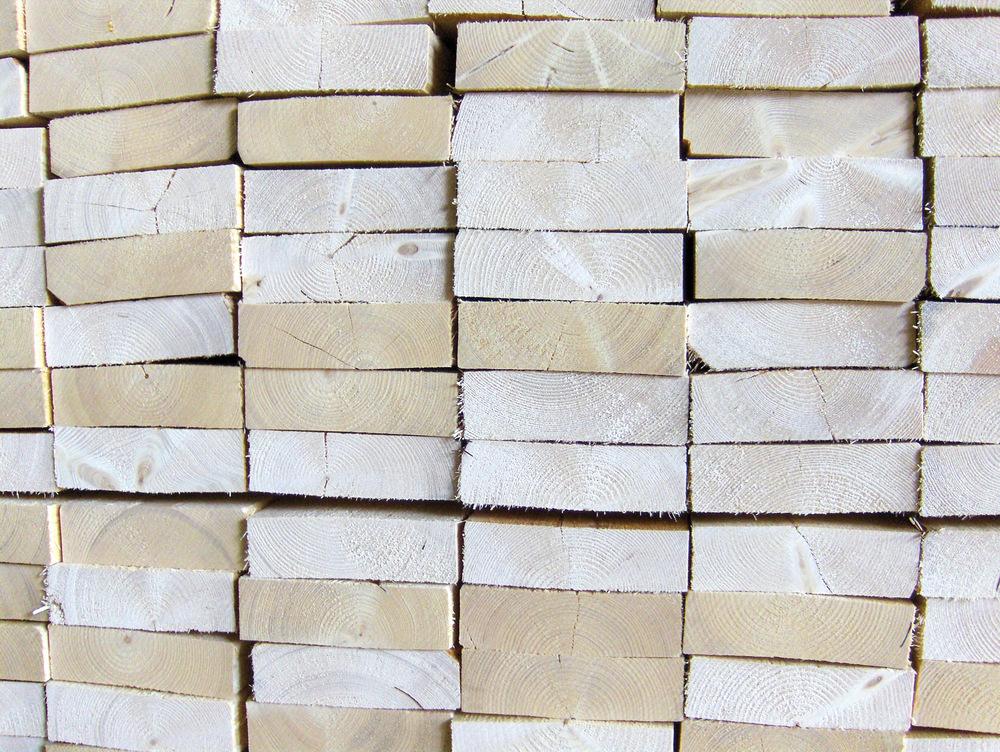 Skurlast er trelast laget av rundtømmer, det vil si materialer som uhøvlede planker, bord og bjelker i forholdsvis grove dimensjoner. Foto: Peder Gjerdrum, NIBIO