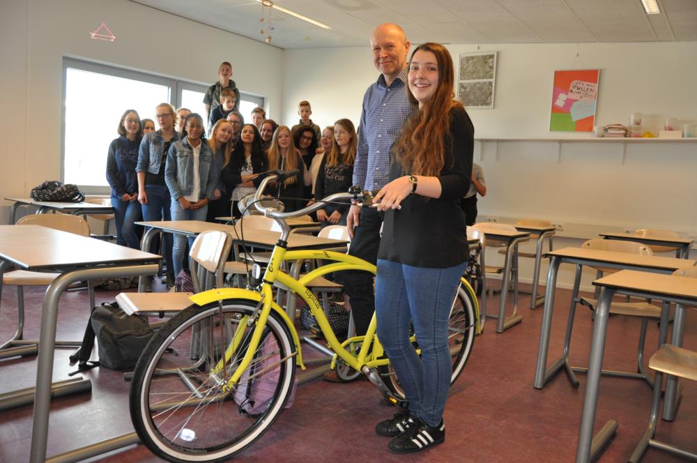 John Stam, die namens SOMtoday de prijs uitreikte, en Robin met haar fraaie fiets.