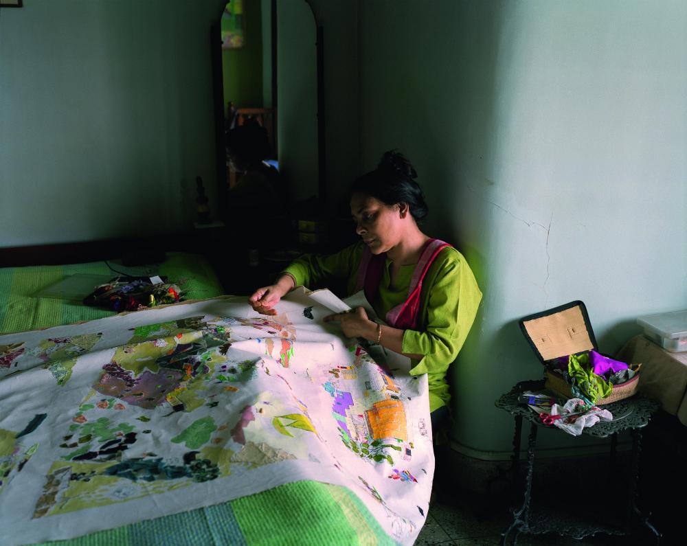 Patrick_Faigenbaum_Shreyasi Chatterjee au travail, en train de broder, Lake Town, Kolkata nord, mars 2011
