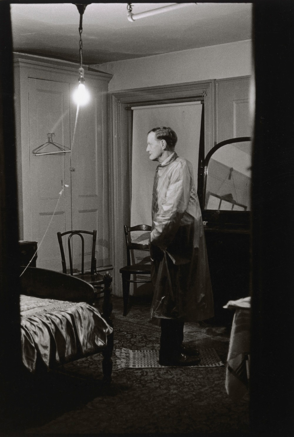 The Backwards Man in his hotel room, N.Y.C. 1961 © The Estate of Diane Arbus, LLC. All Rights Reserved