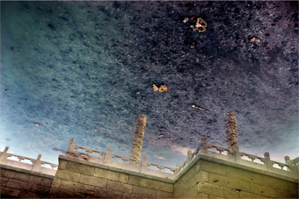 Han Bing, Coiled Dragon Pillars: Urban Amber, 2007, Single-Exposure C-Print Photograph, 39 x 59 inches, 100 x 150 cm