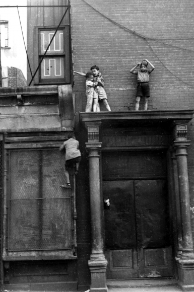 NYC, circa 1940 Image courtesy of Helen Levitt, Laurence Miller Gallery