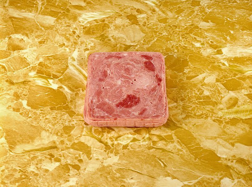 Sandy Skoglund, Luncheon Meat on a Counter, 1978. (c) Sandy Skoglund; Courtesy of the artist and RYAN LEE, New York.