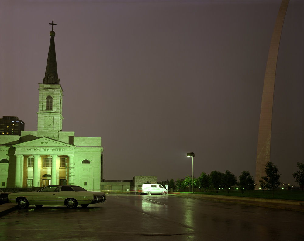 The Old Cathedral and the Arch, St. Louis, Missouri , 1977. © Joel Meyerowitz. Courtesy of Howard Greenberg Gallery.