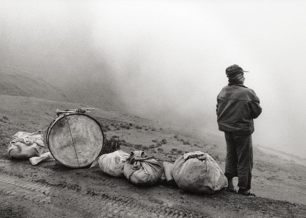 Músico en la nada, Escoma, Bolivia, 1990 © Flor Garduño