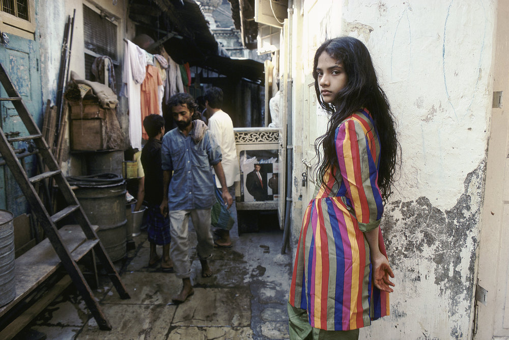 Raghubir Singh, Muslim Girl, Nagpada, Bombay, c. 1990-1993. Chromogenic print. Photograph copyright © 2017 Succession Raghubir Singh, Courtesy Howard Greenberg Gallery