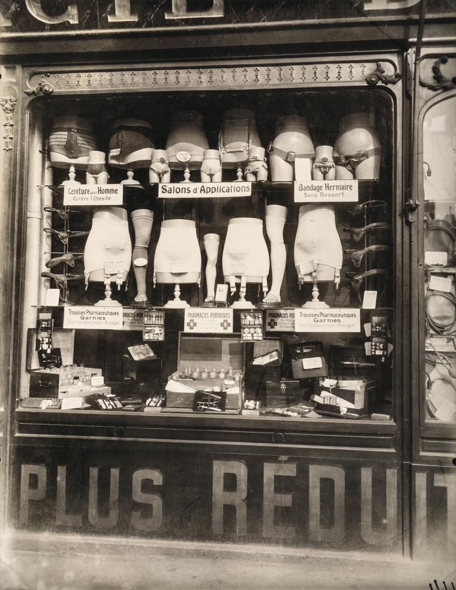 Eugène Atget. Pharmacie, boulevard de Strasbourg, Paris, 1921. Aristotype.