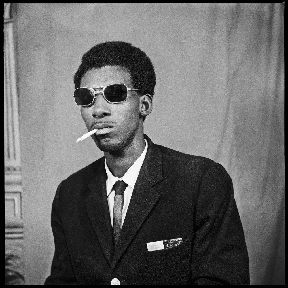 Le Vendeur sénégalais qui fume, 1972  © Sanlé Sory, Courtesy Yossi Milo Gallery, New York