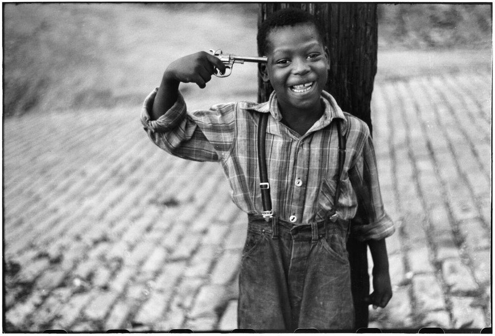Elliott Erwitt, Children on Beelen Street, Pittsburgh, PA, October 1950. © Elliott Erwitt/Magnum Photos, Courtesy of Carnegie Library of Pittsburgh