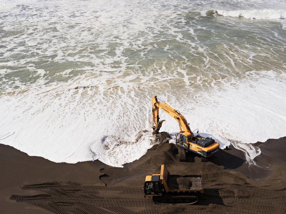 © Lucas Foglia (Beach Restoration after El Niño Waves, California 2016)