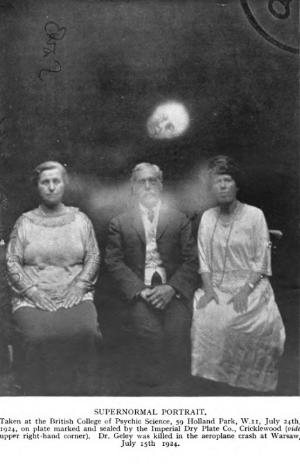 Stanley De Brath and the alleged spirit face of Gustav Geley, 1924. © Stanley De Brath/Wikimedia Commons