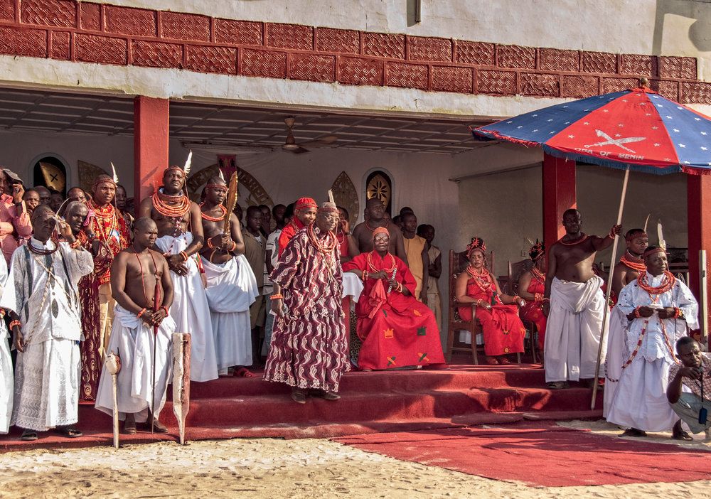 Seated on his throne, the Oba is surrounded by his wives (right), the Ewaise chief (left), and royal courtiers (far left) © African Twilight: The Vanishing Cultures and Ceremonies of the African Continent by Carol Beckwith and Angela Fisher, Rizzoli, 2018.