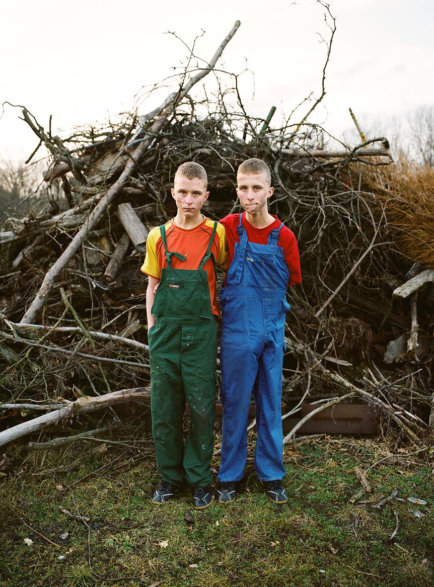 Twins, Cleaning the garden. © Zuza Karajewka