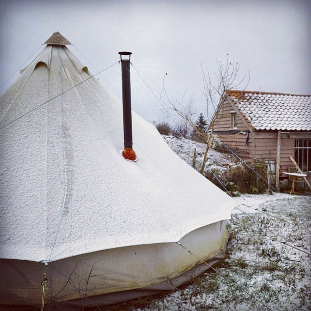 The tent and workshop after a light fluttering if snow. It's melting already, but it is very beautiful.