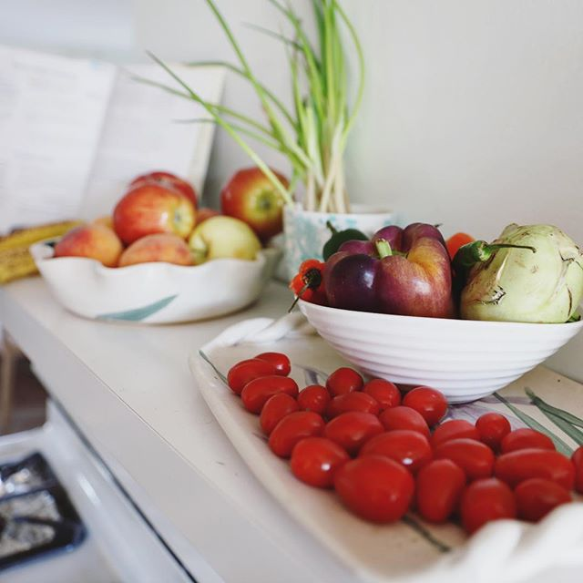 Decorate with produce! It's darn pretty, and you will know what you have and be more inclined to eat it before it spoils ✨ . . . . #rdtips #kitchengoals #foodisbeautiful #eatmorevegetables #eatmoreplants #registereddietitian #holistichealth #mindfuleating #eatehatyoulove #foodielife #jaspernationalpark #jasperalberta #jnp  Kitchen model courtesy of @serenaa88 🙏