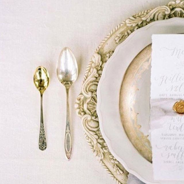 Table prettiness via @weddingsparrow. Love the mixed metallic tones. Beautiful layered luxury. x