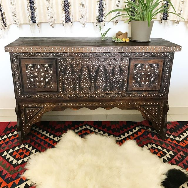 I love the little black tail on this sheepskin. What a cutie! #ruglove . My daughters 1 year old flower crown is one of my favorite decorating accessories 👑 . . . . . . @herfahome #HerfaHOME @herfaheritage #vintagehome #antiquerugs #vintage #howwedwell #mycuratedaestetic #modernbohemian #myhomevibe #bohemianhome #ilovemyinterior #mydomaine #bohemianhome #bohemiandecor #bohemianstyle #bohochic #ihavethisthingwithtextlies #currentdesignsituation #ighomes_interior #myhomevibe #middleeaststyle #middleeasteveryday #handmadegoods  #myboldhues #getthegloballook #middleeasteveryday @designsponge @blissfully_eclectic @kismet_house @natasha.designs @eclectic.leigh @anatoliandesign @justinablakeneyhome @designlovefest @loomandkiln @apartmenttherapy #apartmenttherapy @thegoodrug #vintageshop #vintagerug #vintagestyles