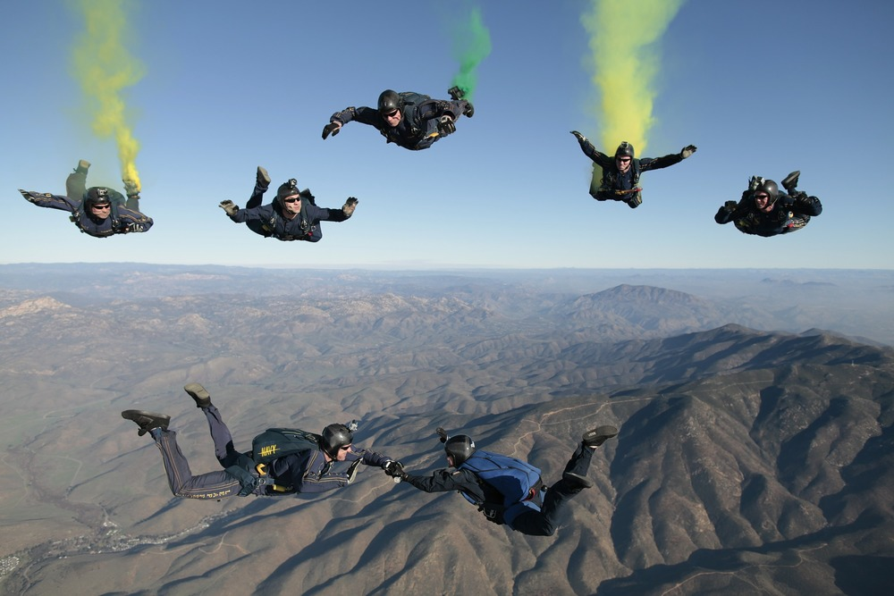 skydiving-603639_1920.jpg
