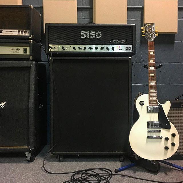 This guitar tone is warm enough to get us through the winter. 🎸🔊 . . . #peavey5150 @peaveyelectronics @gibsonguitar #gibsonlespaul #rigsofdoom @rigsofdoom #gearporn #ampporn #marshallcab @marshallamps_uk @fender #fenderhotroddeluxe #questfortone #recordingstudio