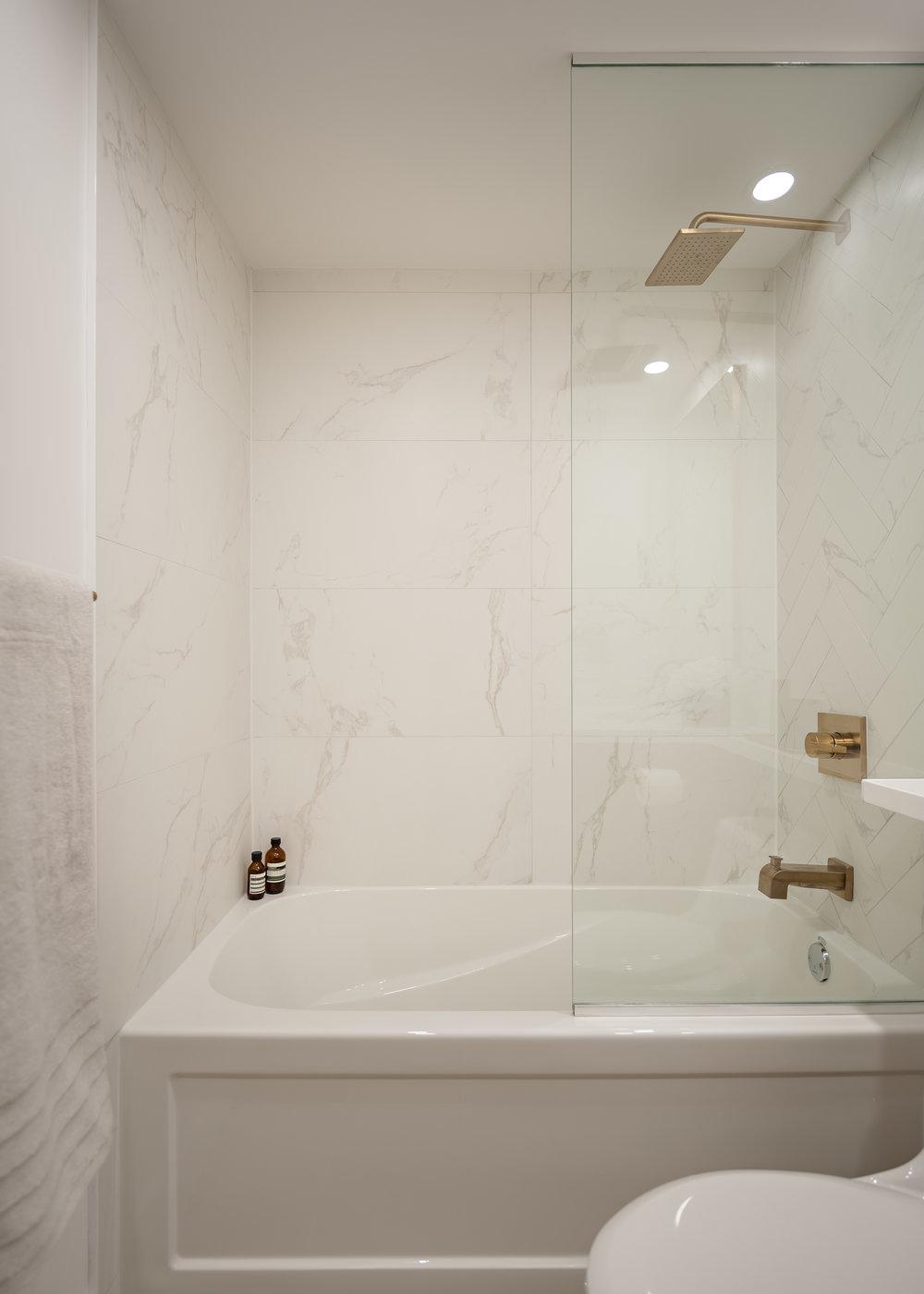 201-1082W8thAve_bath2.jpg