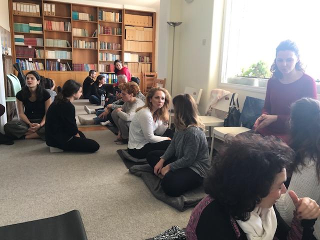 MINDFULNESS WORKSHOPS | AKMA    Διοργανώσαμε δύο βιωματικά workshops για το mindfulness στη φωτεινή αίθουσα του    Αθηναικού Κέντρου Μελέτης του Ανθρώπου    στο Κολωνάκι, με πρακτική εξάσκηση σε διάφορες τεχνικές διαλογισμού, θεωρία και ομαδική συζήτηση.