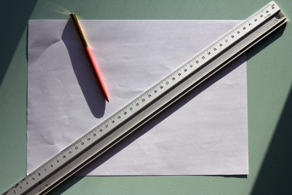 Begynd med at finde midten af papiret og marker det med et kryds.
