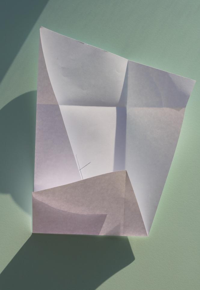 Fold den ene kortside, så kanten rører krydset og hjørnerne på arket er retvinklede. Gentag på den anden kortside.