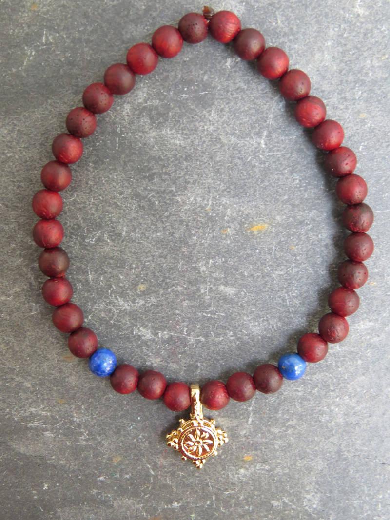 Armband aus Rosenholz mit Lapislazuli und Dharma-Rad