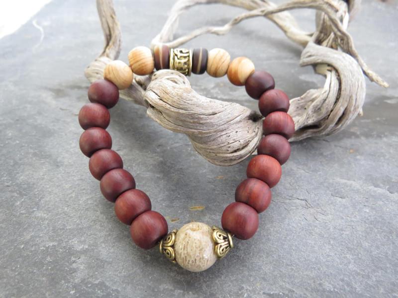 Armband aus Zitanholz mit einer antiken versteinerten Koralle