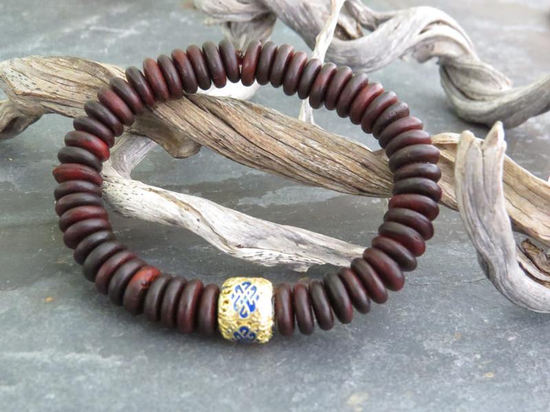 Armband aus Rosenholz mit Srivatsa, dem Endlosknoten mit einem von acht Glückssymbolen des tibetischen Buddhismus