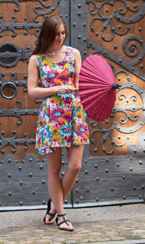 SOMMERKLEID  aus Thailand mit Allover Blumen-Muster und versteckten Seitentaschen. Das fällt auf ... Sonnenschirm dazu und ab in die Eisdiele! 24 €   SONNENSCHIRME  aus Saa-Papier, viele Farben, auch zur Raumdekoration geeignet. 11 €