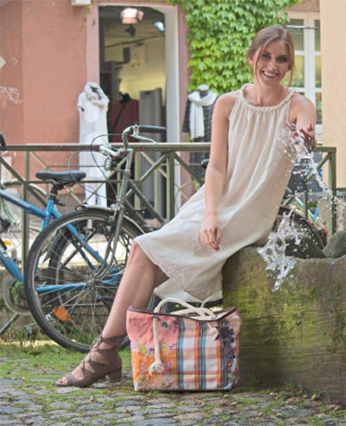 Lässiges  KLEID  aus leichter Baumwolle, Träger und Halsausschnitt sind geflochten. Angenehm und leicht zu tragen. Länge ca. 102 cm.  39 €