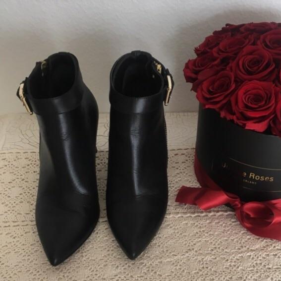 Une belle paire de talons noirs est toujours le meilleur ami du femme.