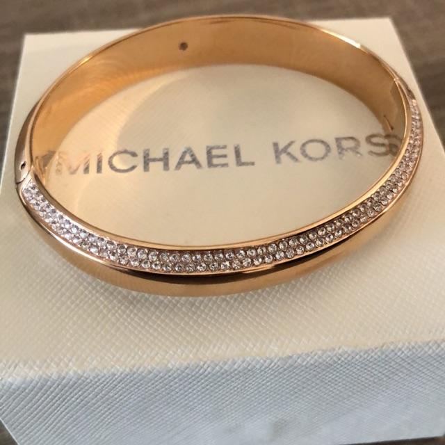 Donne le tout avec ce bracelet Michael Kors.