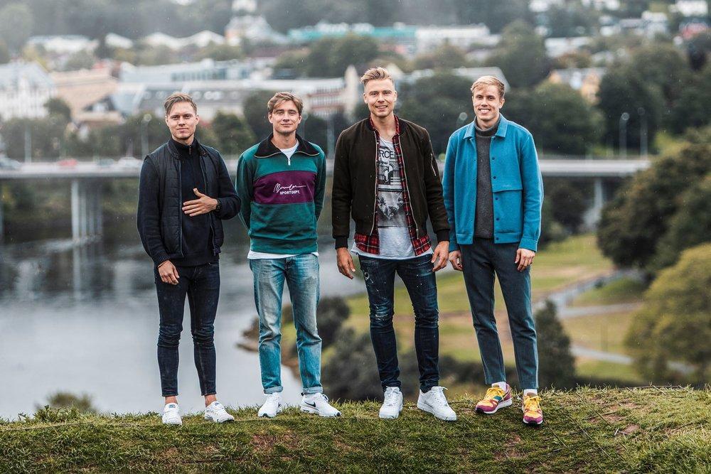 Søderlund sammen med resten av crewet hos Bare Flyt Trondheim.