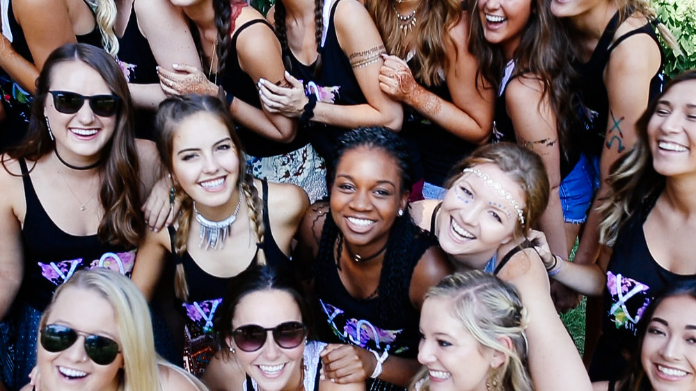 chi-omega-iowa-sorority-bid-day-friends-2.jpg
