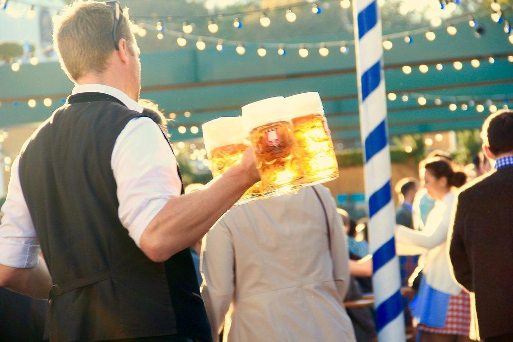 kellner-servicekraft-oktoberfest-festival.jpg