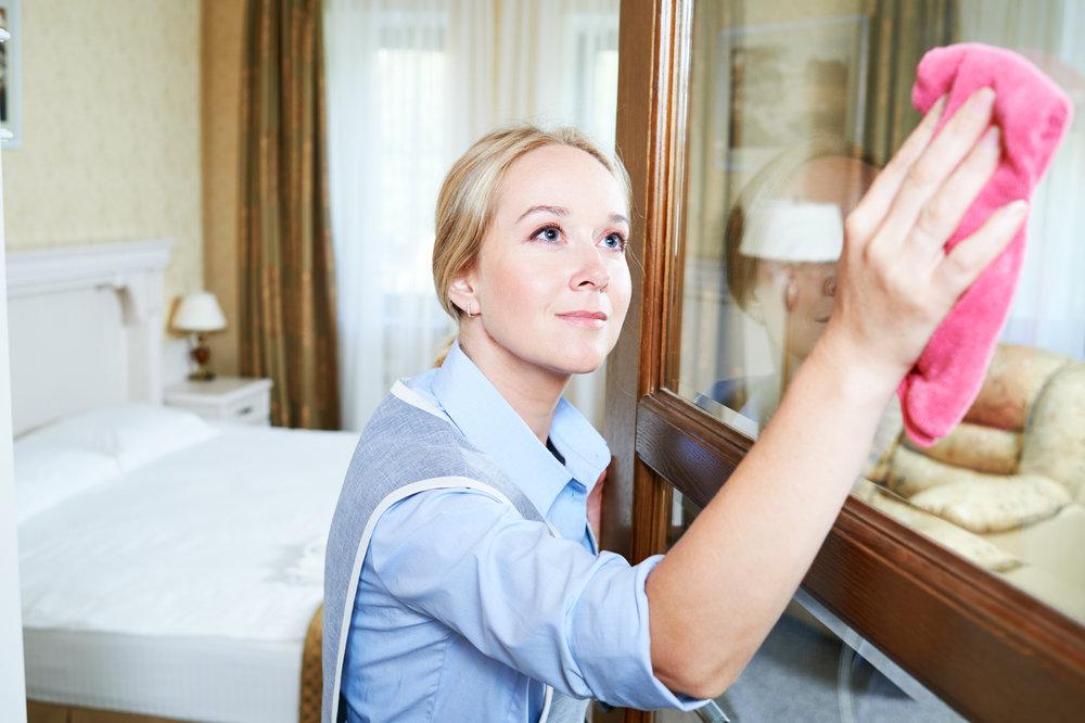 housekeeping-zimmermaedchen-zimmerreinigung-im-hotel-putzhilfe-mitarbeiter-ferienjob.jpg