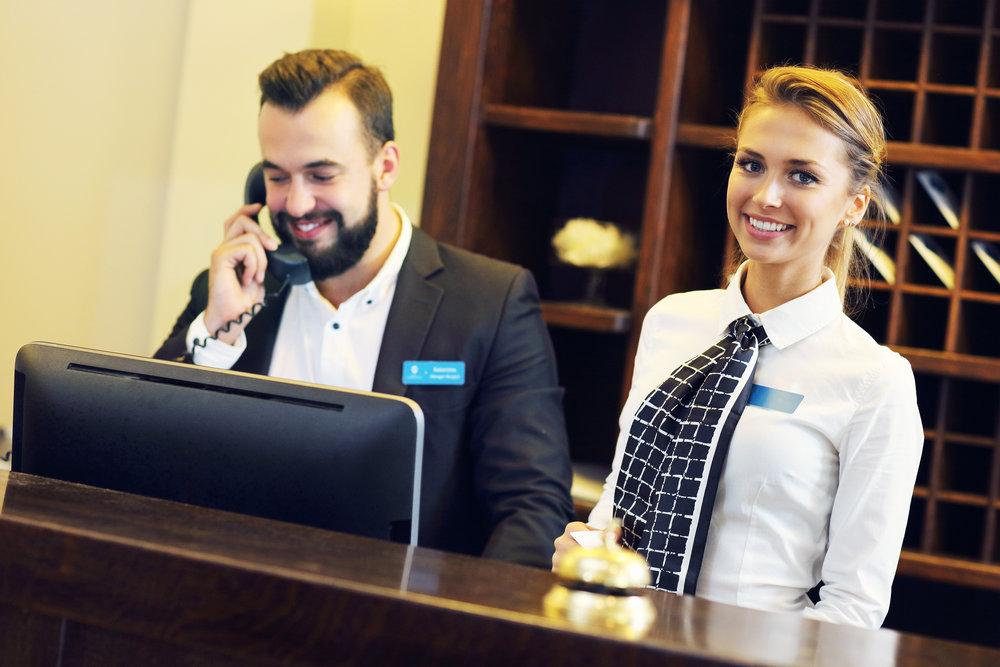 rezeptionist-empfangsmitarbeiter-im-hotel-rezeptionsmitarbeiter-personal-ferienjobs.jpg