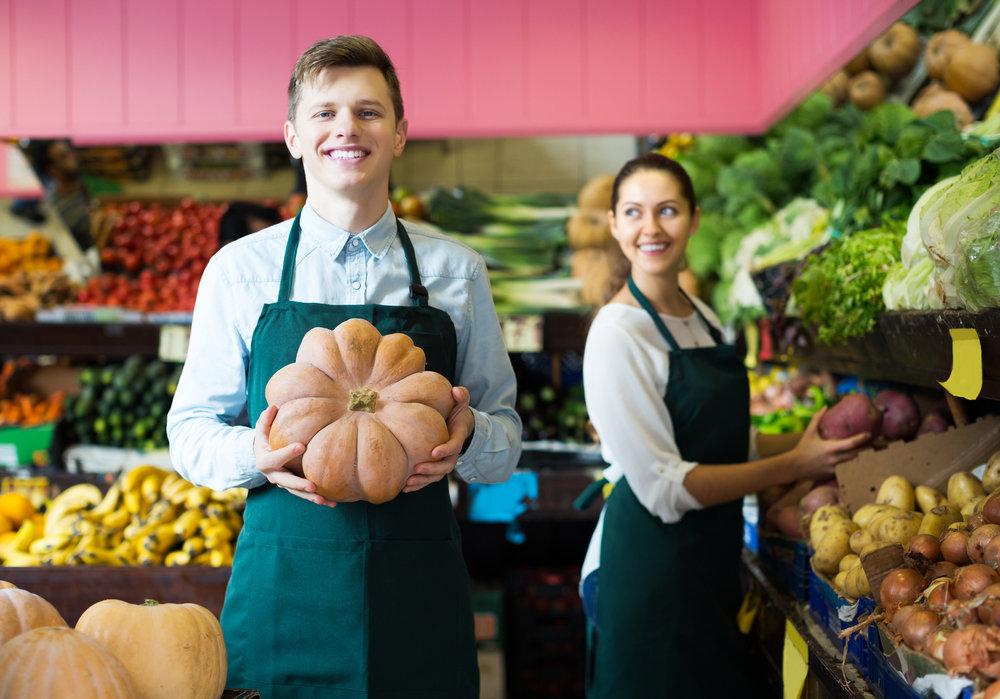 regalauffueller-warenverraeumer-supermarkt-aushilfe-mitarbeiter-im-laden.jpg