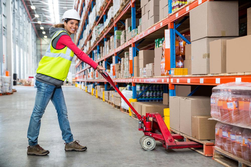weihnachtsgeschaeft-logistik-lagerarbeiter-lagerhelfer-geschenke-einpacken-versenden.jpg