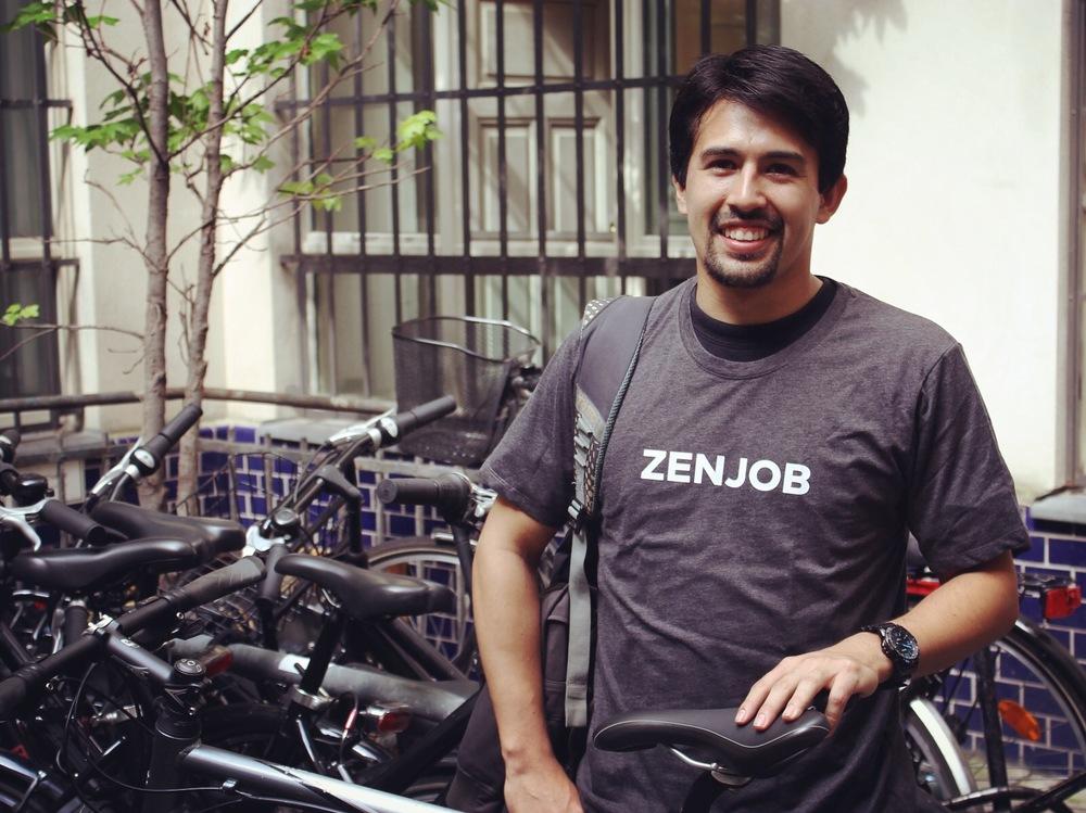 Cristian empfiehlt seinen Freunden Zenjob und erzählt dabei neben der großen Flexibilität von der schnellen Bezahlung.