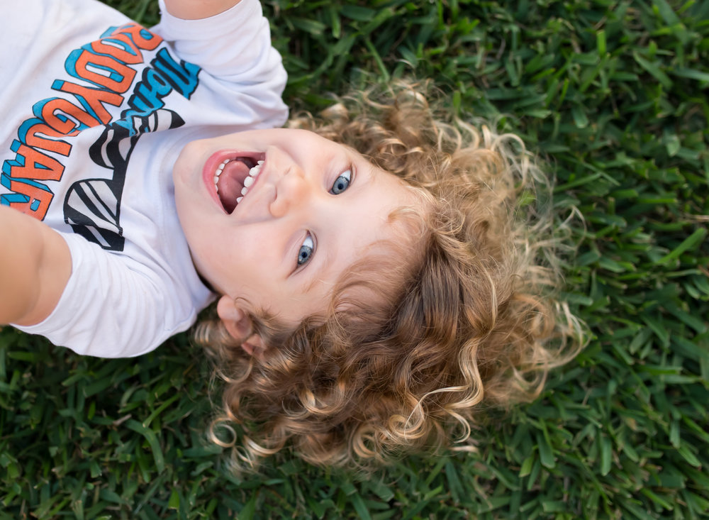 boca-raton-child-photographer-parkland-family-photographer-coral-springs-wellington-lake-worth-boynton-lantana-alissa-delucca-photography-blonde-boy-with-curls.jpg