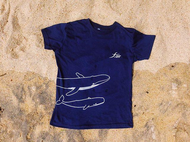 Una foto muy playera de la polera que ilustré para los amigos de @f.airways 🐋🌈 (en mi cabeza estoy cantando arena y sol) (échenme la culpa si se les queda pegada y la están cantando en dos horas más jajaja 😘) .  Después de sacar la foto, me metí al agua a hacer snorkel con tortugas gigantes 🙂🐢🐠 Este país es una joya en términos de naturaleza 💚 . A very beach-vibe pic of the illustrated t-shirt that I created for my friends of @f.airways here in Sri Lanka. After taking the pic I went snorkeling with giant sea turtles 🐢☺️ . This amazing country is full of wildlife to discover 🌈💚