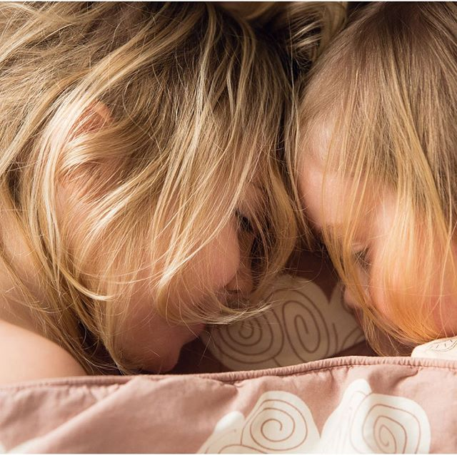 #sisterhood from a shoot with the lovely @lennebelle last year for @vivamama_nl #blondies #sisters #familyphotography