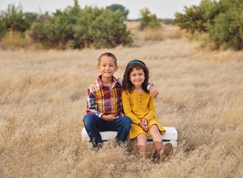 outdoor-siblings-pose-ideas